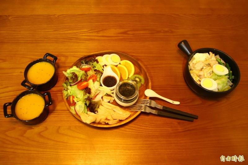 各式餐點的鈉含量及熱量都有營養師把關。(記者邱書昱攝)