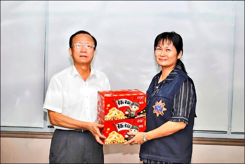 邱桂美率隊偵破殺人丟包案後,台北市警察局長陳嘉昌慰問。(記者王冠仁翻攝)