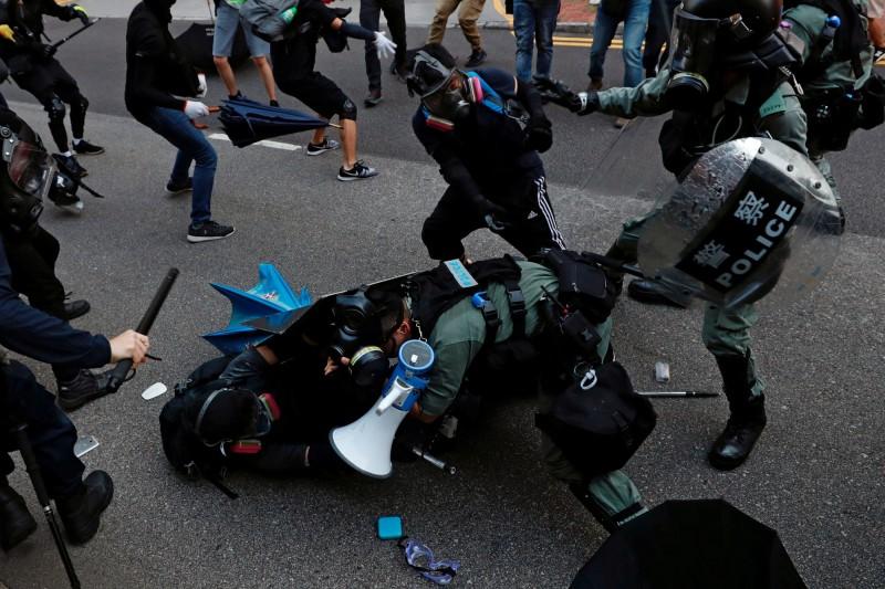 反送中》示威者遭疑企圖奪槍 佐級協會:警會做唯一、必須的決定