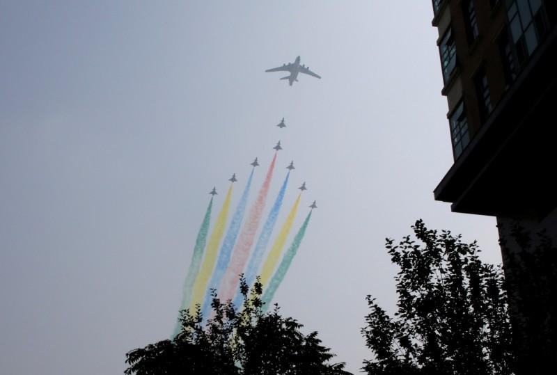 中國國慶將到,北京進入「臨戰」狀態。圖為中共十一大閱兵於9月22日彩排。(路透)