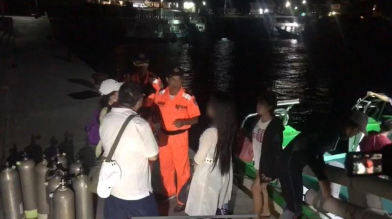 海巡綠島安檢所昨晚在綠島漁港1艘海釣船查到1名女通緝犯。(記者黃明堂翻攝)