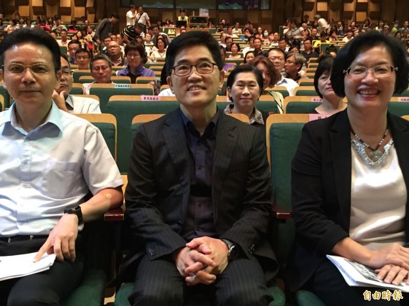 彰化縣長王惠美(右)介紹黃健庭(中)以「副總統未遂」稱呼之。(記者張聰秋攝)