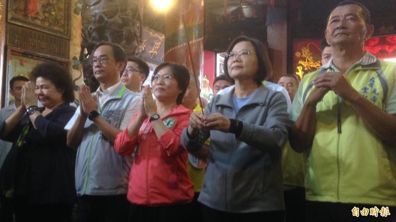 與韓國瑜同街尬場  小英喊話面對中國進逼要團結堅持