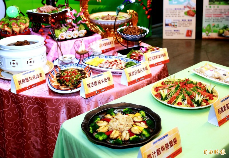 下營農情產業文化節雙十節登場,以下營四寶「鵝桑柚豆」料理的美味鵝肉今日搶先亮相,市長黃偉哲嘗鮮代言。 (記者王涵平攝)