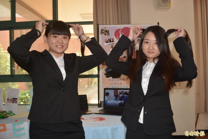 朝陽科大廖冠婷(左)、王怡萍(右)前往馬來西亞參訪為癌症患者募集長髮的非營利組織,還在當地剪髮捐贈。(記者陳建志攝)