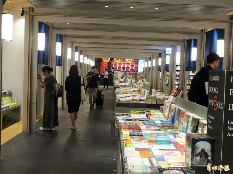 「誠品生活日本橋」以迴廊形式呈現的空間設計。(駐日特派員林翠儀攝)