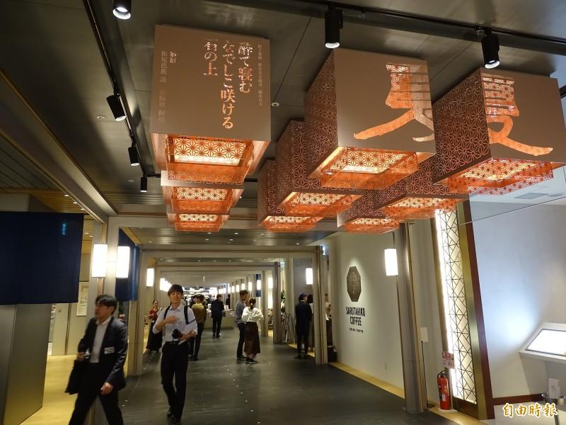 裝置燈飾由台灣書法家董陽孜書寫松尾芭蕉的四季詩句。(駐日特派員林翠儀攝)