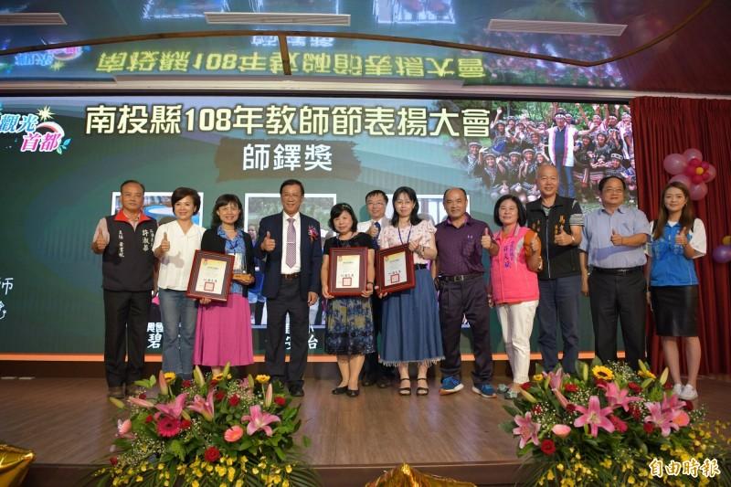 南投縣長林明溱(左4)表揚績優教師過程中,爆出幫韓國瑜拉票引發爭議。(記者謝介裕攝)