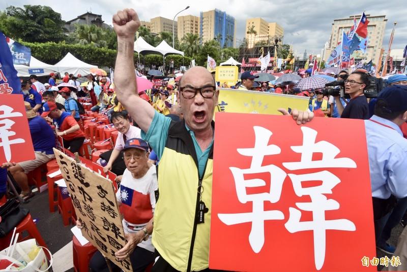有一名網友發文抱怨,他回家被爸媽警告,「一定要投韓國瑜,不投他台灣就會被賣掉」,甚至還說不要像PTT那群拖垮台灣發展的網友一樣。圖為韓國瑜的死忠韓粉。(資料照)