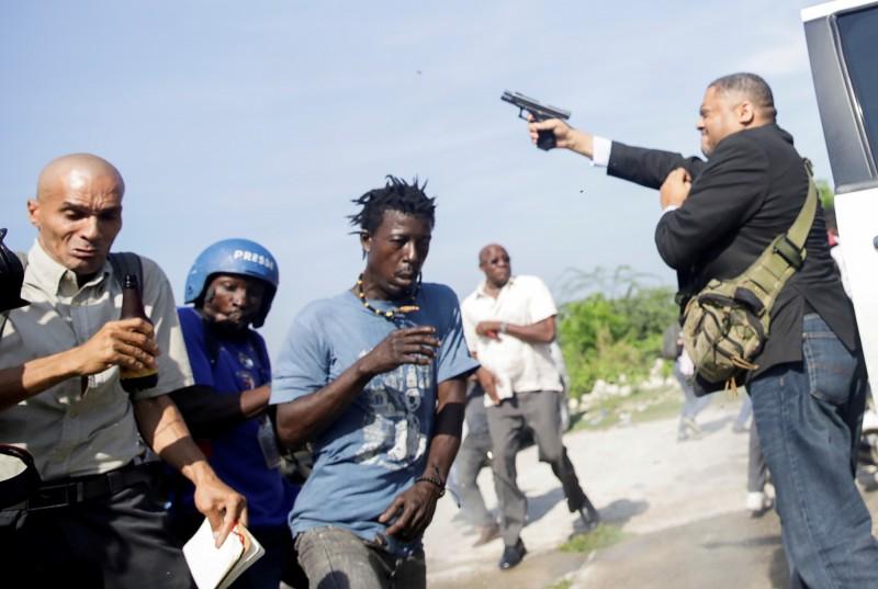 海地參議員費特希爾(Jean Marie Ralph Fethiere)掏出手槍直接對民眾直接開槍。(路透)
