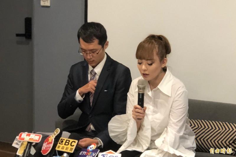 丁小芹(右)在律師陪同下道歉(記者鍾智凱攝)