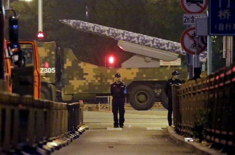 中國國慶將到,北京進入「臨戰」狀態。圖為中共十一大閱兵於9月21日彩排。(路透)