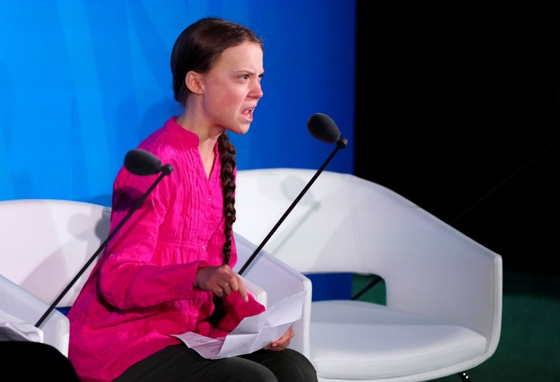倡導「全球氣候罷課」(Global Climate Strike)的16歲瑞典女孩桑伯格(Greta Thunberg)23日在紐約聯合國總部發表慷慨激昂的演說。(路透)