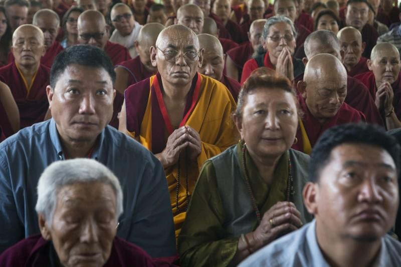 公民實驗室今(24)日發布報告指出,中國駭客不只透過iPhone資安漏洞攻擊少數民族維吾爾人,也同樣瞄準流亡藏人。圖為印度達蘭薩拉的流亡藏人。(美聯社)