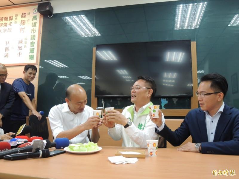 韓國瑜造訪民進黨團,總召韓賜村、書記長林智鴻接待。(記者王榮祥攝)