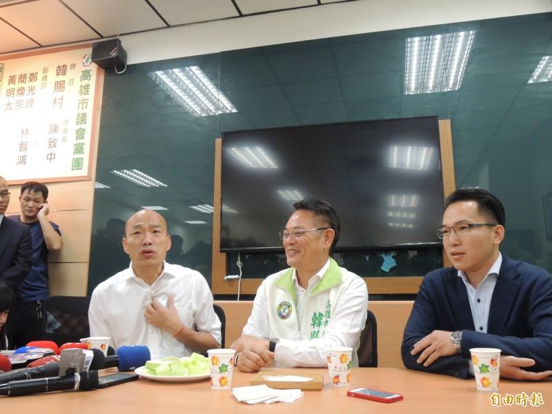 韓國瑜(左一)今天再被問及挖石油議題,強調高市府沒能力採石油,這是常識。(記者王榮祥攝)