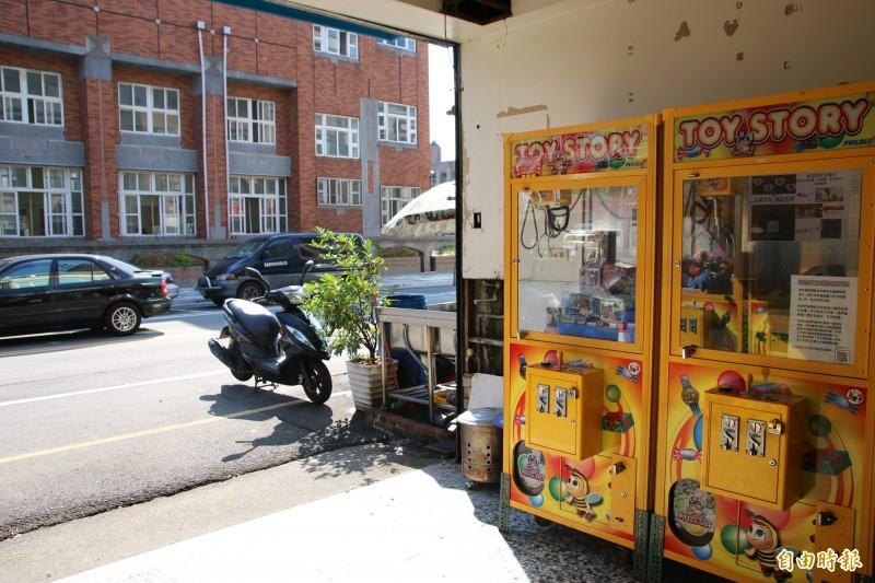娃娃機店面對面就正對著國中,一旁則緊鄰國小。(記者鄭名翔攝)