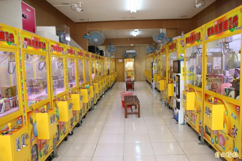 苗栗縣政府將著手研擬「自助選物販賣事業管理自治條例」,對娃娃機進行規範。(記者鄭名翔攝)