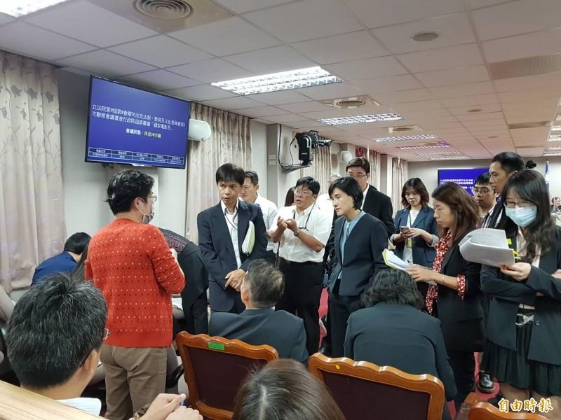 文化部與國有財產署討論條文內容。(記者謝君臨攝)