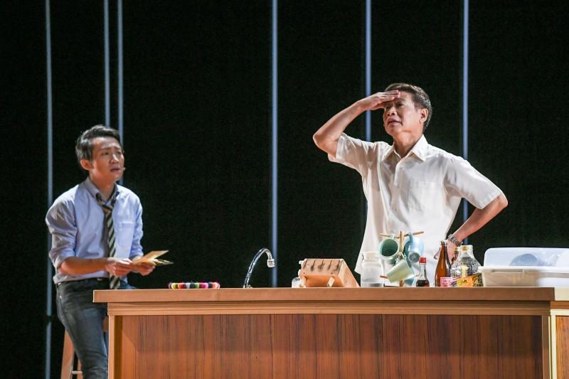 朱陸豪(右)、林子恆(左)在故事工廠的「73變」舞台劇中演繹扣人心弦的父子情。(圖由故事工廠提供)