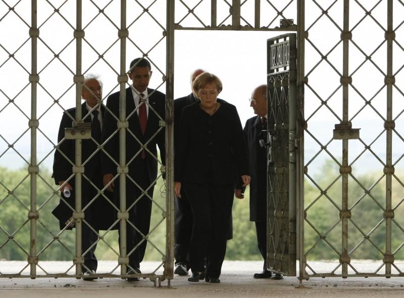 「Jedem das Seine」鑲在布亨瓦德集中營大門上,成為戰後敏感詞彙。圖為2009年時任美國總統的歐巴馬與德國總理梅克爾參觀該集中營。(美聯社)
