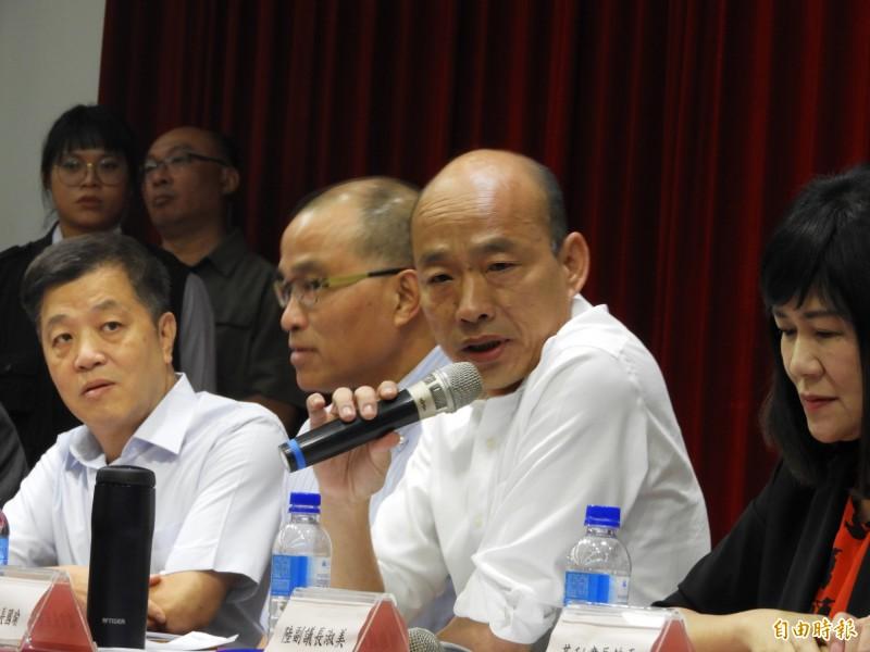 高雄市長韓國瑜(右2)在23日預算編列會議上否認把太平島挖石油列為政見。(資料照,記者葛祐豪攝)