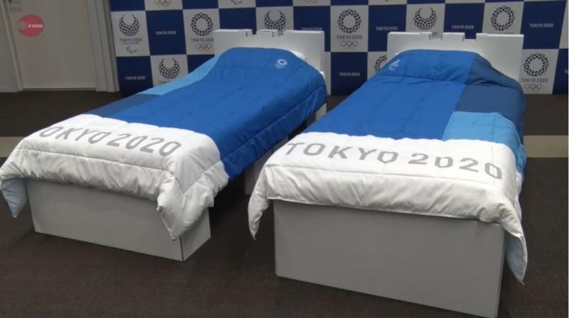 參加東京奧運的運動員將睡在可回收的硬紙板床上。(圖擷取自《共同社》影片)