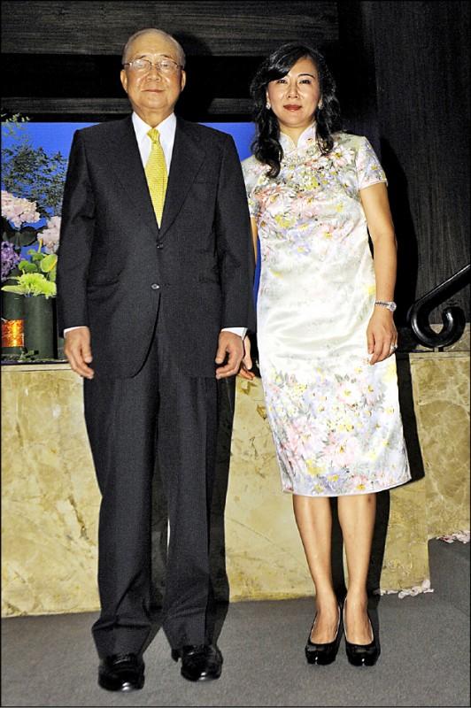 88歲前資政徐立德再婚,娶小他35歲的女音樂家陳怡伶,不到3年即分居;圖為兩人當年婚宴合照。 (資料照)