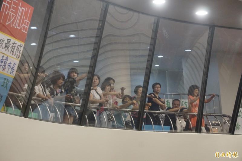 高雄市長韓國瑜被民進黨團質詢時,韓粉不斷向綠營民代比出倒讚手勢。(記者黃佳琳攝)
