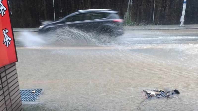基隆市今天凌晨斷斷續續降下大雨,中山路部分路段有積水,圖為車輛經過,水花四濺頗為驚人。(記者俞肇福翻攝)