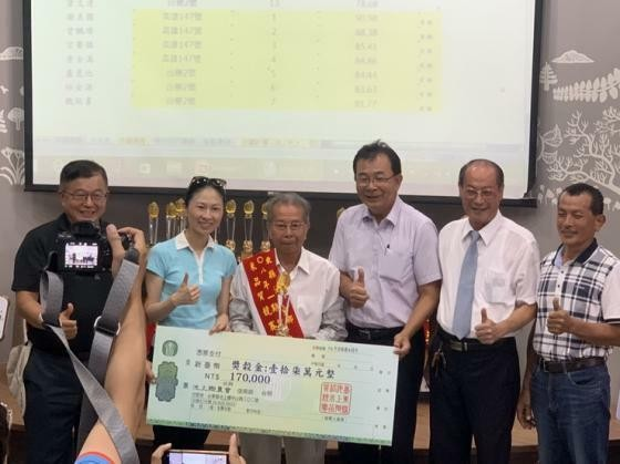 首次参賽,謝美國放異彩,拿下全台有機米組「台灣米王」。(記者陳賢義翻攝)