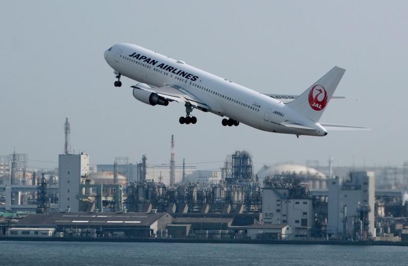 日航透過在自助選位表上顯示嬰兒圖案,提供讓乘客能迴避嬰兒的貼心服務。圖為1架日航班機今年7月31日從東京羽田機場起飛。(法新社)