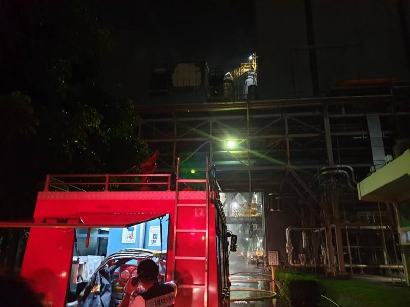 台苯火警,消防人員搶救。(記者洪臣宏翻攝)
