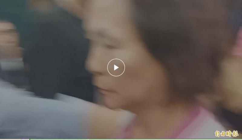 議員李喬如話講到一半,一名女韓粉衝進會場,大罵李喬如。(記者葛祐豪攝)