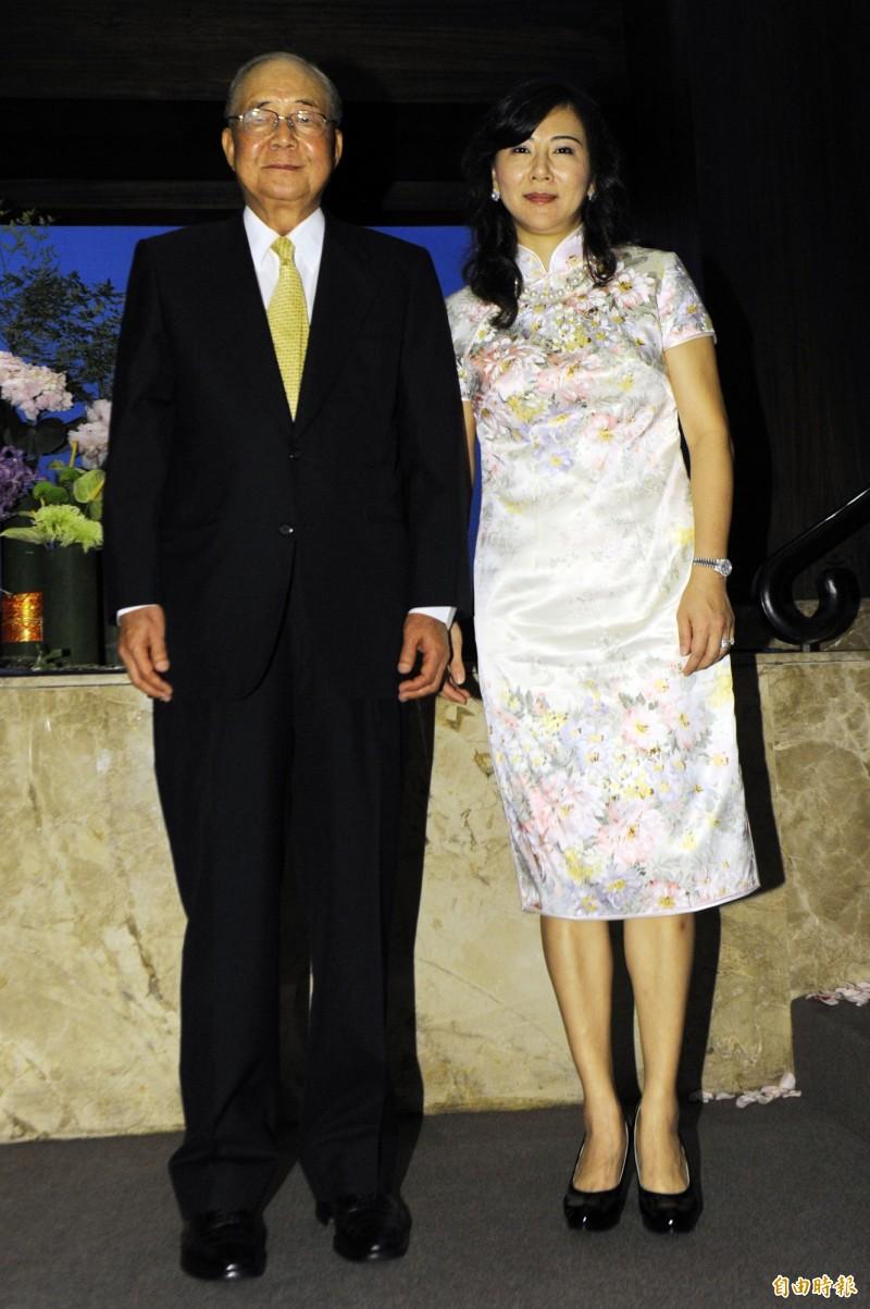 88歲前資政徐立德再婚,娶小他35歲的女音樂家陳怡伶,不到3年即分居;圖為兩人當年婚宴合照。(資料照)