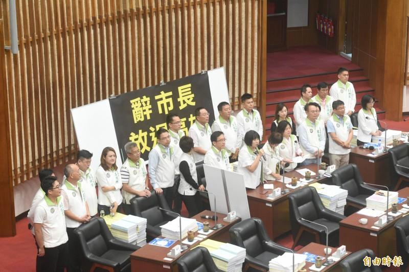 民進黨團質詢時,準備將事先製作好的辭職書遞給市長韓國瑜,要求他辭去高雄市長。(記者張忠義攝)