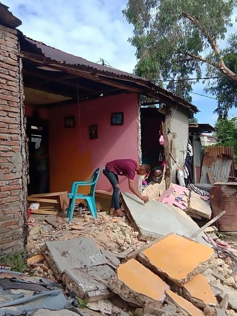 地震停止後,當地居民開始檢視自家倒塌的牆面。(法新社)