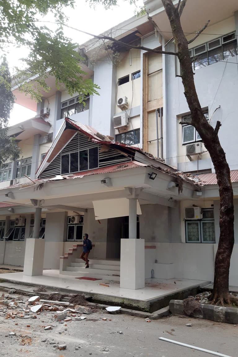印尼今日早上發生芮氏規模6.5的地震,造成多處建築外牆磚瓦掉落。(路透)