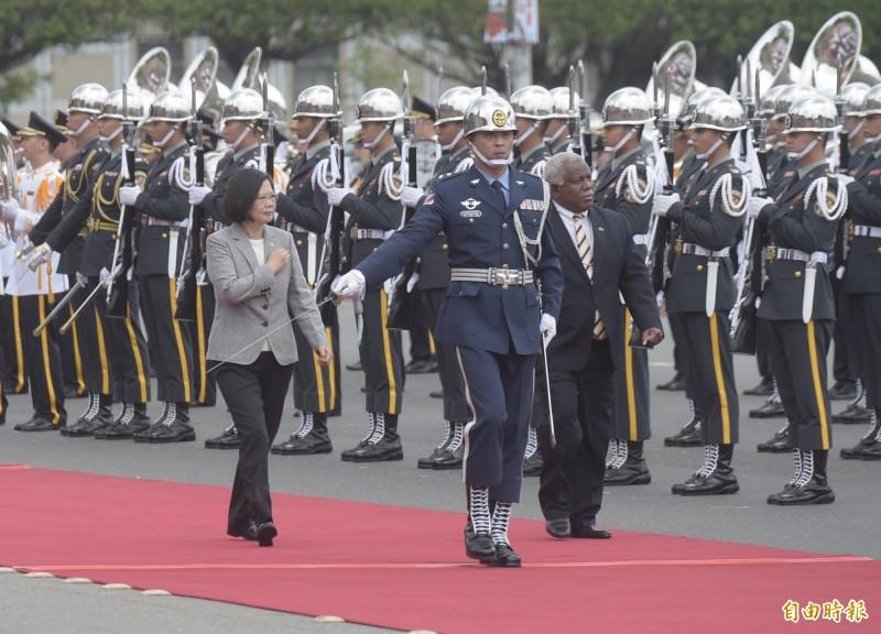 去年5月21日,總統蔡英文21日在總統府以隆重軍禮歡迎時任索羅門群島總理何瑞朗。(資料照)