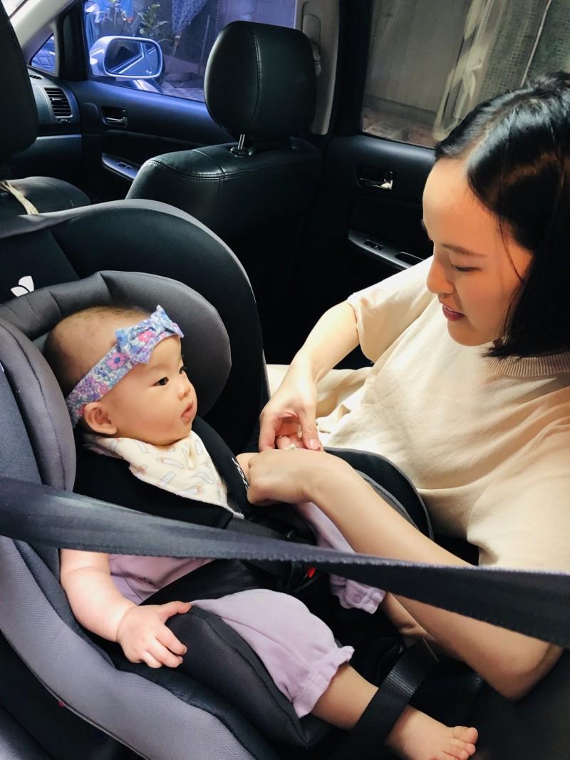 保護乘車安全,2歲以下幼童將強制坐後向式安全座椅。(讀者提供)