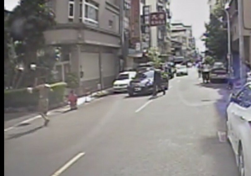 孫男拿起「請勿停車告示牌」的石墩(15.4公斤)砸向老父、母親跪一旁也無能為力。(資料照)