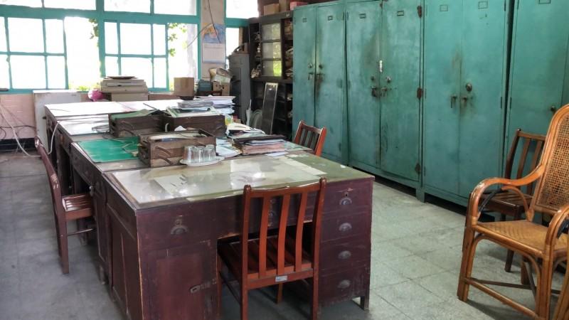 老舊的辦公室。(翻攝畫面)