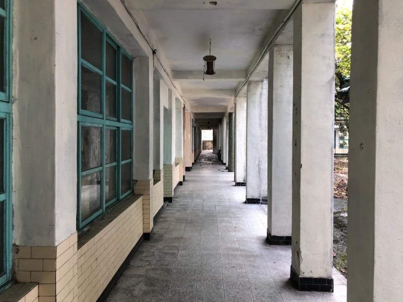 空無一人的走廊。(翻攝畫面)
