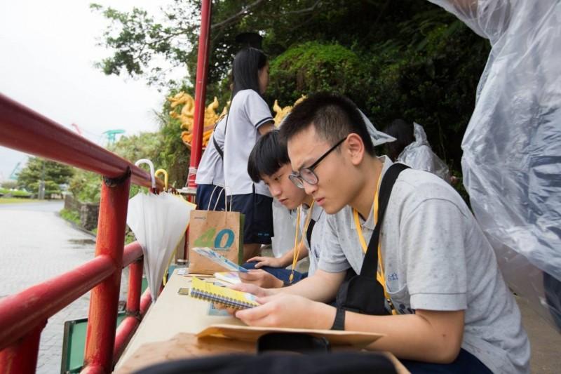 基隆市政府為年輕學子舉辦成年禮活動,安排他們到和平島進行「實境解謎」闖關挑戰。(基隆市政府提供)