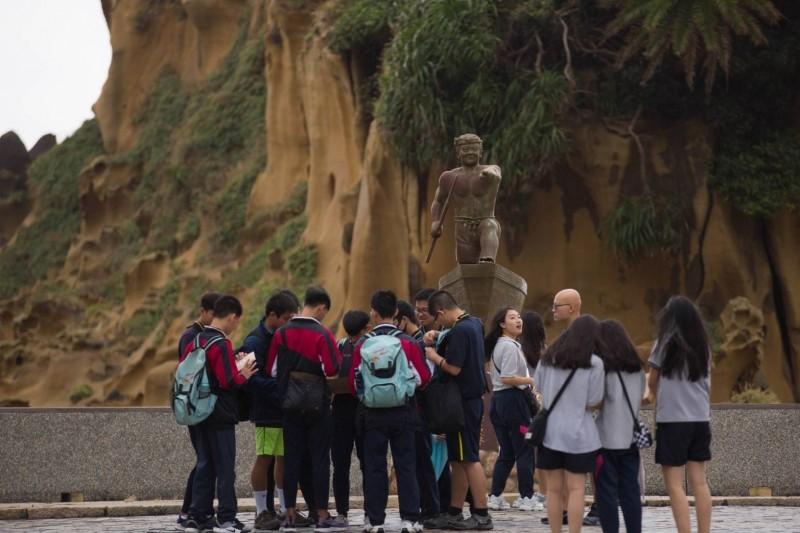 基隆市政府為年輕學子舉辦成年禮活動,安排他們到和平島挑戰「實境解謎」、潮間帶巡禮。(基隆市政府提供)