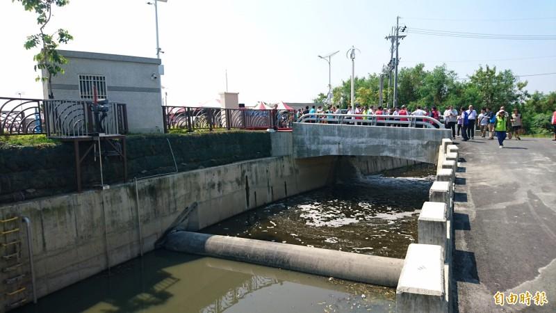 劉厝排水西港水質淨化場將污水截流淨化後再放流回大排。(記者楊金城攝)