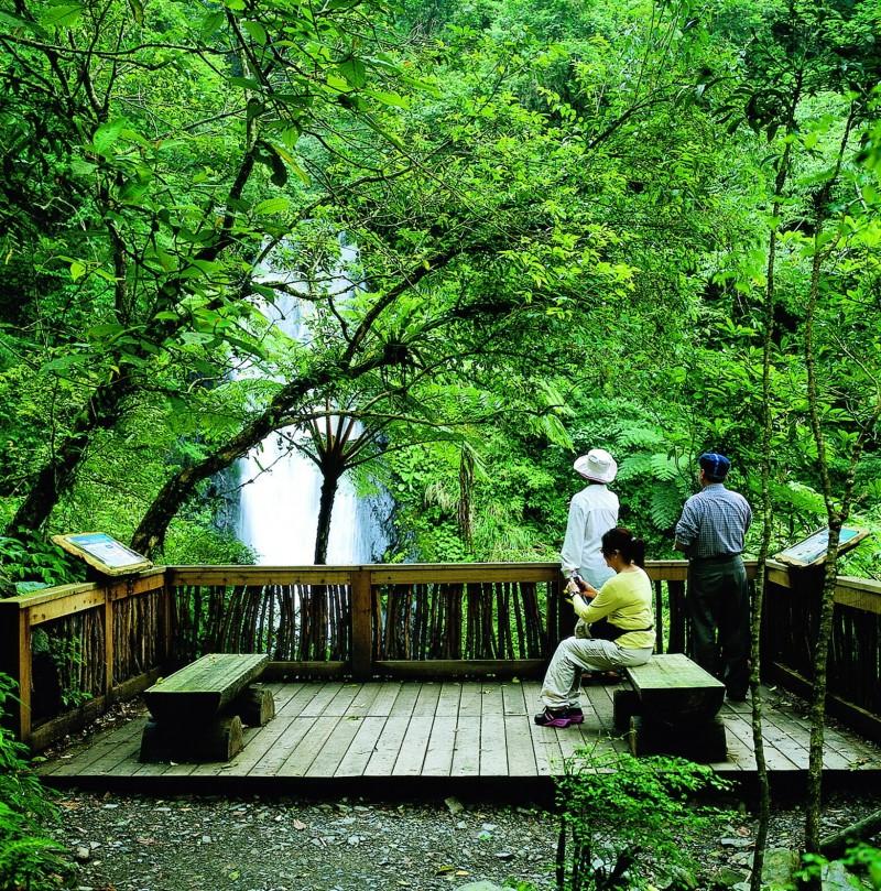 宜蘭縣新寮瀑布受大雨影響暫停開放。(圖由羅東林管處提供)