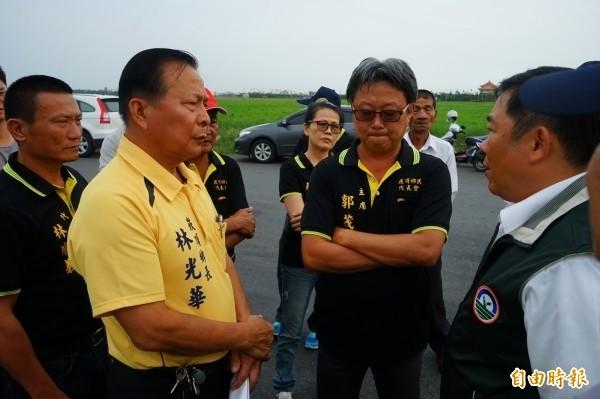 崁頂鄉長林光華(左黃衣)及鄉代會主席郭茂良(中黑衣戴眼鏡),因涉貪被檢方提起公訴。(資料照)