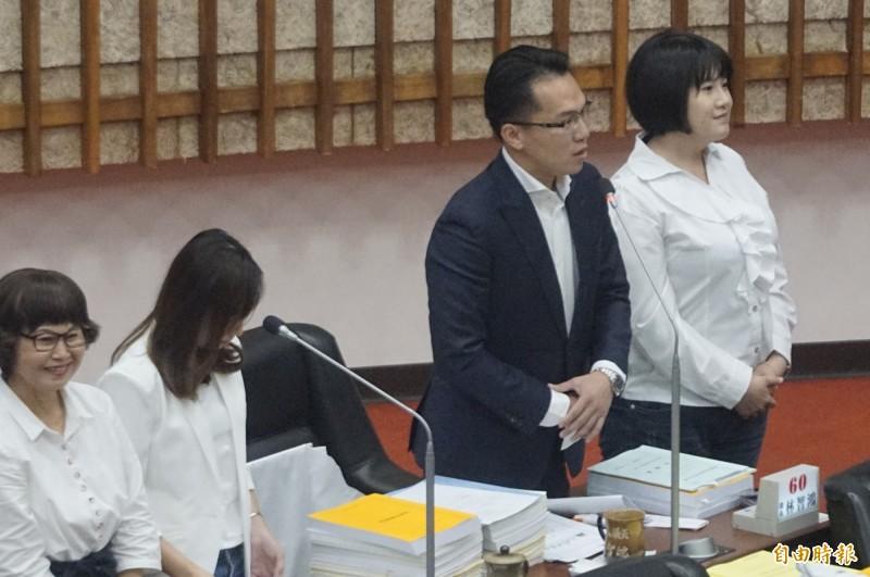 林智鴻(右2)質詢韓國瑜與市府局處長。(記者黃佳琳攝)