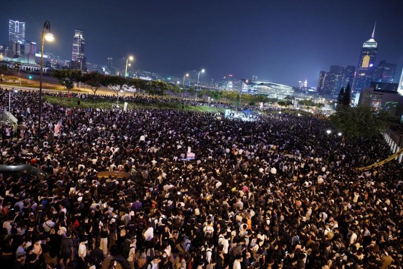 香港網友27日在中環愛丁堡廣場發起「聲援及關注新屋嶺被捕者人權集會」,大會稱有5萬人出席。(路透)
